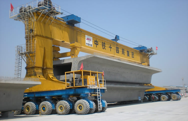900 tonne 2 leg self-propelled straddle carrier working in a casting yard