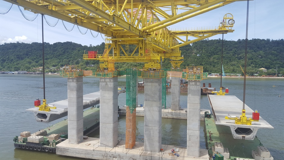 Temburong CC2 bridge deck erection gantry, Launching gantry